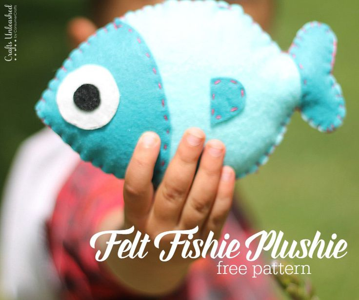Make your own adorable felt fish plushie with this step by step tutorial and template!