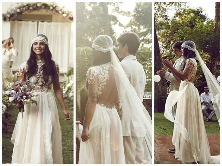 Vestidos de noiva estilosos: modelo fluído e com decote nas costas assinado por…