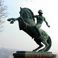 1917-től sorra jelentek meg Magyarországon az első világháborús emlékművek. Ezeknek többféle típusa létezett. A lovasság ugyan a háború alatt jelentősen veszített korábbi szerepéből, az emlékművek között azonban mégis megjelentek és különleges helyet foglaltak el a lovas alkotások. Hősök napja közeledtével az...