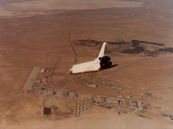 Un orbiteur d'essai pendant un vol test avant celui de la navette Columbia (Mars 1981)