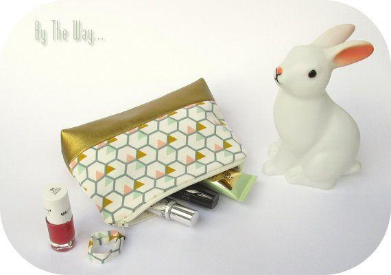 Idée cadeau - Petite trousse en simili cuir doré et coton blanc, rose, moutarde et vert d'eau.