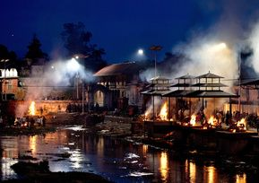 大量の遺体、悲しみに圧倒される火葬業者 ネパール地震