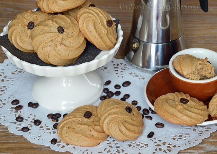 I biscotti al caffè leggeri sono dei biscotti realizzati senza l'utilizzo di latte, burro e uova. Sono buonissimi e si preparano in meno di 30 minuti.