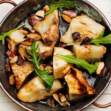 Klyv en hel rotselleri på mitten och baka mjuk i ugnen. Under tiden steker du sötmandel i smör och river skalet av en citron. Strössla detta över den nu färdigbakade rotsellerin och toppa med rucola. Ett ljuvligt tillbehör till det mesta, eller som del av en festbuffé!