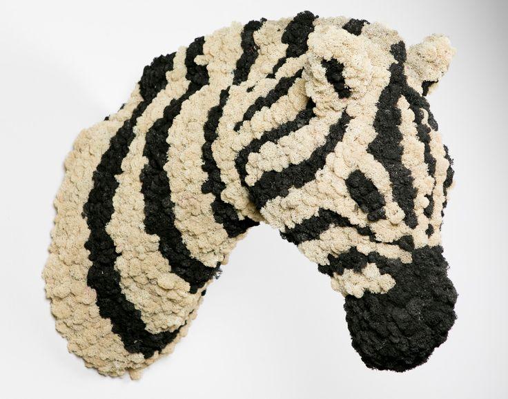 Zebra | greenarea  Zebra decoración natural para pared. hecha en liquen. #animaldecor #escultura #animalhead #cabezadeanimal #animal #homedecor #naturaldecor