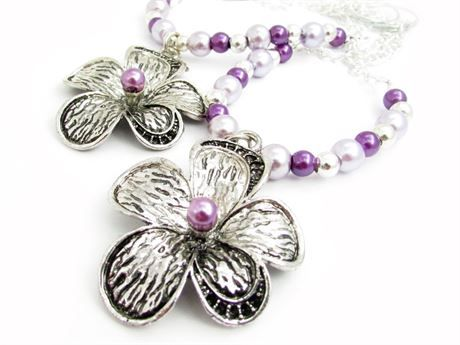 These curtain tiebacks are absolutely GORGEOUS, featuring purple pearl beads, and a silver metal flower bead focal point. There is a coordinating pearl in the center of this beautiful silver tone floral focal pendant. Perfect curtain tiebacks for the shabby chic decor, or a little girls room. These are 18 inches long, and this is for 1 set of 2 strands. These pink curtain tie backs are finished off with a pretty silver chain and a 1 inch metal ring for easy hanging. These would look so…