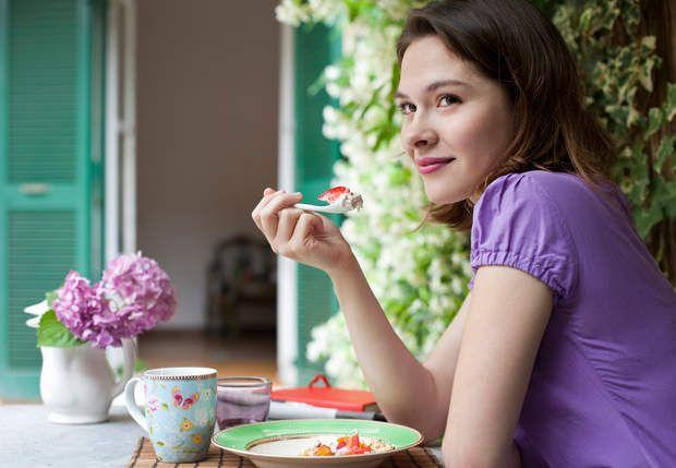 Manger au calme aide à mincirVrai ! Quand on est stressée, on a tendance à manger trop vite. Et ainsi à ingurgiter beaucoup de nourriture avant de s'arrêter parce qu'on se sent trop lourde ! Lorsque vous avez l'impression d'être tendue, effectuez quelques respirations profondes avant de passer à table.