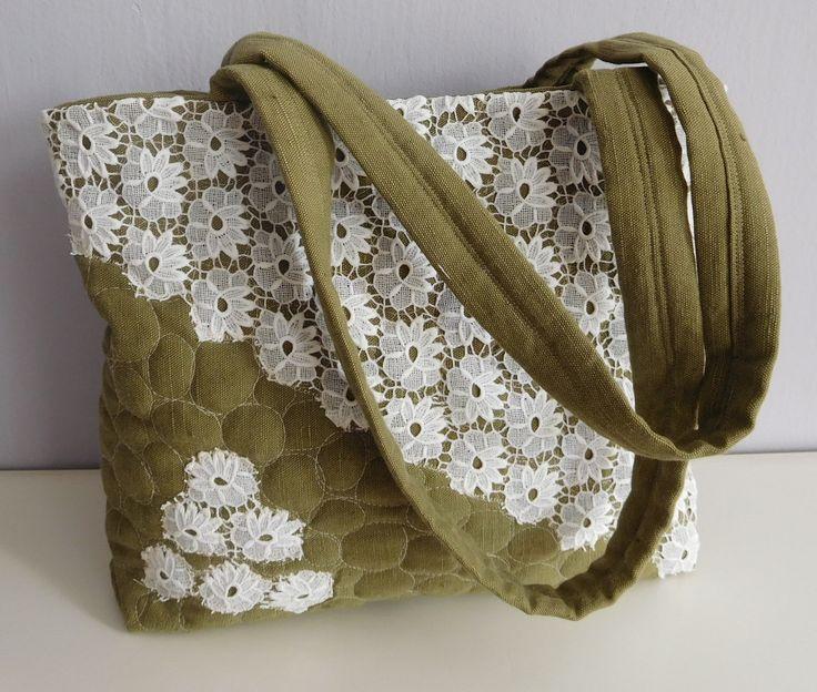 Lněná+kabelka+s+krajkou+Další+NEOPAKOVATELNÁ+kabelka+z+mé+dílny+je+ušitá+z+lněné,+olivově+zelené+látky+a+krajky.+Základ+tašky+tvoří+třívrstvý,+plastický+blok+-+(+horní+vrstva-+patchwork,+vatelín+a+podšívka+spolu+prošívaný,+ručně+vedeným+volným+quiltováním).+Uvnitř+na+další+bavlněné+podšívce+(smetanová+s+puntíky)+jsou+2+kapsy+navíc.+Celá+taška+se...