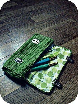 Isabelle Kessedjian : Trousse au crochet.