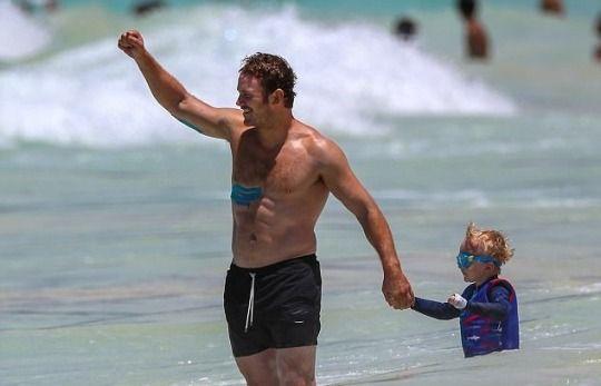 Chris Pratt plays with son Jack in Honolulu, Hawaii. (June 25 2017).