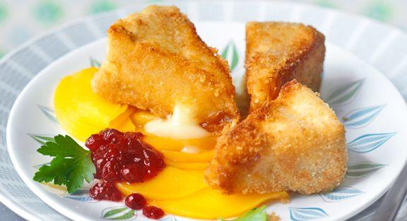Queijo camembert panado em cama de carpaccio de pêssego