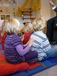 Onderlinge kindermassage in de klas: touching child care (helmond)