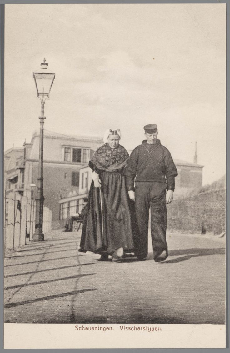 Man en vrouw in Scheveningse streekdracht, na 1906 #ZuidHolland #Scheveningen