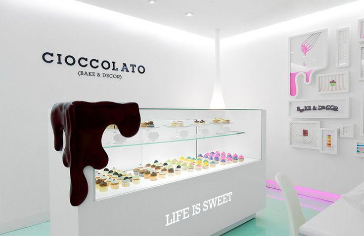 Cioccolato — это бутик-кондитерская, специализирующаяся на изготовлении эксклюзивных десертов для особых мероприятий и расположенная в городе Сан-Педро-Гарса-Гарсия в Мексике. За последние несколько лет ниша авторской выпечки значительно разрослась, и стала очевидной необходимость дифференциации ...