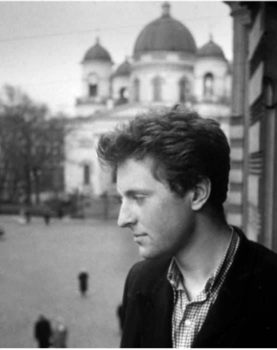 Бродский уокна квартиры свидом наСпасо-Преображенский собор, 1956. Brodskiy - Russian poet