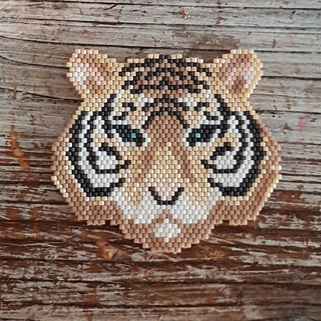🐯 fini 💃✌😊🎉 #tissagebrickstitch #tissagemiyuki #miyuki #miyukibeads #jetissedesmiyuki #jenfiledesperlesetjassume #brickstitch #perlesandco #homemade #handmade modèle de daisydk