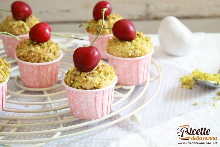 Golose e invitanti tortine ripiene di ciliegie e ricoperte da una croccante granella di pistacchi. Tutte da provare!