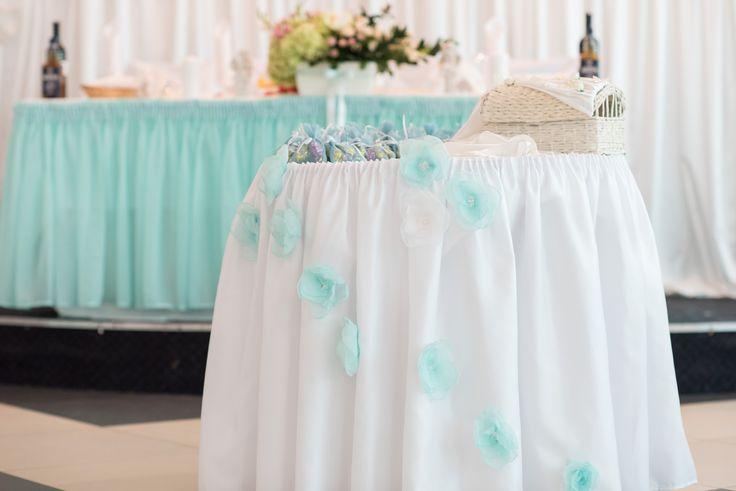 Оформление свадебного зала в мятном цвете. Стол дарения