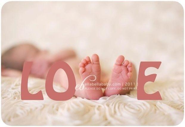 赤ちゃんの足を「V」の字に見立てて作った「LOVE」。この写真からは赤ちゃんへの愛が溢れんばかりに感じられますね!
