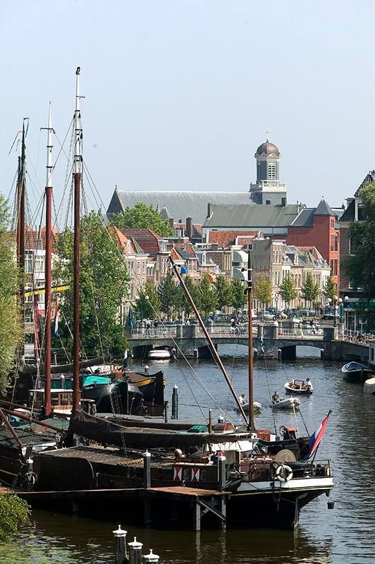 Leiden, vanaf het Galgewater met zicht op de Apothekersdijk. (The Netherlands)