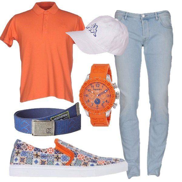 I jeans blu lavaggio chiaro sono a vita bassa e a gamba stretta. Li abbiniamo alla polo in cotone arancione con maniche corte e modello a scatola non lungo con spacchetti laterali. Aggiungiamo una cintura in tessuto blu con decori azzurri e fibbia in acciaio e un orologio con cinturino in caucciù arancione cassa in acciaio con fondo arancio e dettagli blu. Ai piedi slip-on in tessuto fantasia, dettagli arancio e para bianca. Per finire cappellin...