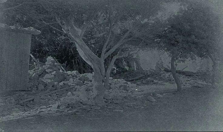 """Macuto horas después del terremoto del 29 de octubre de 1900.  Estragos del terremoto ocurrido 29 de Octubre en el año 1900, en Macuto.  Casa de La Familia Escobar.  Publicado en la antigua revista quincenal """"El Cojo Ilustrado"""",  con fecha del 15 de Noviembre de 1900  Revista Nº 214."""