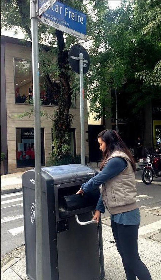 Nova lixeira solar com compactador da Oscar Freire, que manda SMS avisando que está cheia