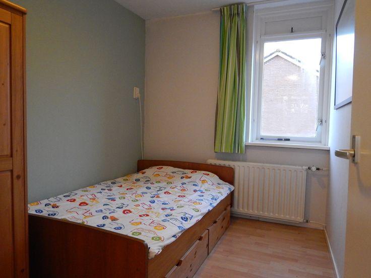 De meeste wanden en het plafond en kozijnen zijn wit geverfd. Op 1 wand de moderne kleur Early Dew van Flexa (blauwige kleuren schijnen rustgevend te zijn en daardoor zeer geschikt voor een slaapkamer). Speelgoed kan opgeruimd worden in de lades onder het bed en in de kast. Daardoor heeft de kleine slaapkamer ondanks het 2-persoons bed toch een ruime uitstraling.