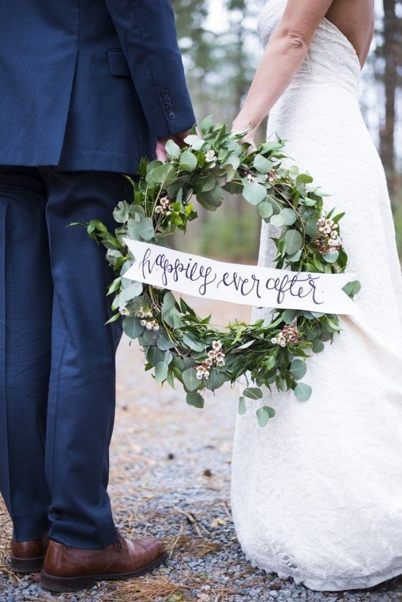 winter green wedding wreath decor / http://www.himisspuff.com/wedding-wreaths-ideas/