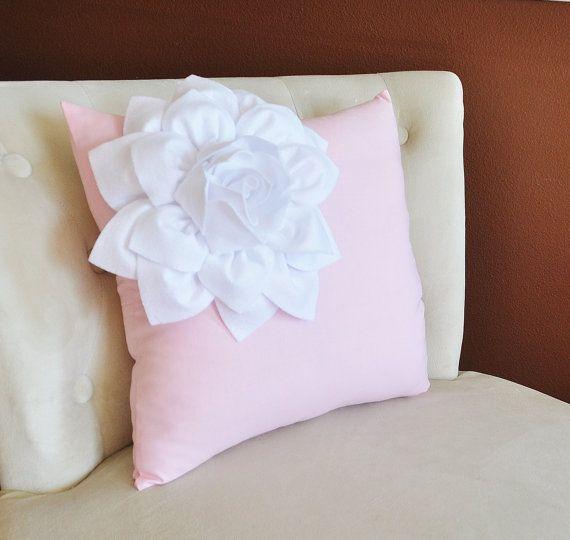TUTTI GLI ARTICOLI SONO FATTI PER ORDINARE PREGO VEDI NEGOZIO PER ORA CREAZIONE ATTUALE!!!  Dahlia angolo bianco sul cuscino rosa chiaro. le grandi