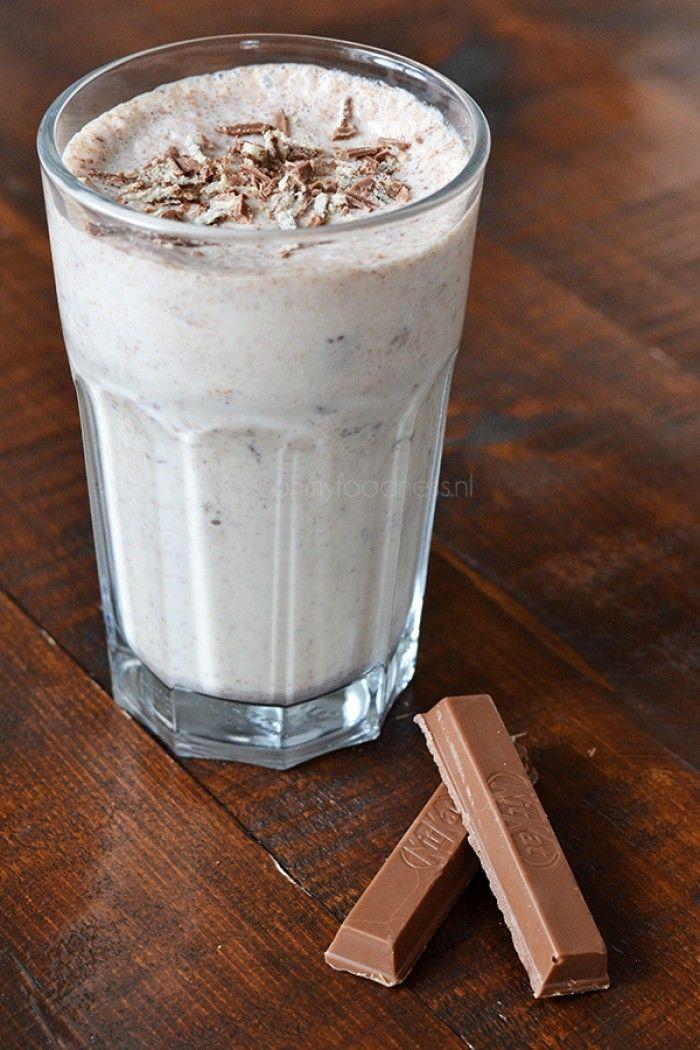 Kitkat krushem: vanille-ijs, ijsblokjes, melk, water en kitkats.