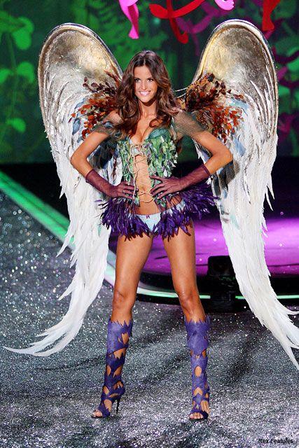 see pics  heidi klum wows in 2009 victoria u0026 39 s secret catwalk show