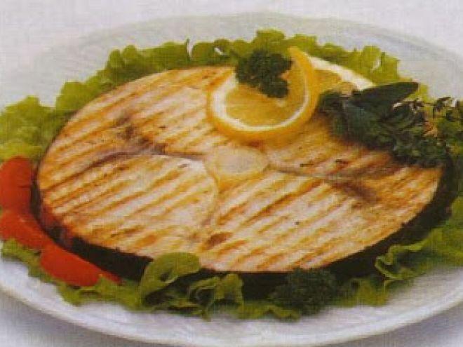 Tranci di pesce spada, con pomodorini e peperoncini.
