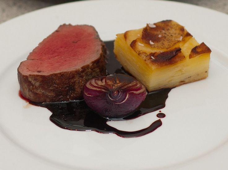 Chateaubriand med pommes anna, bagte rødløg og portvinsglacé
