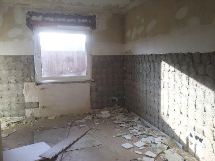 Vorher: Arbeitszimmer nach vollem Einsatz mit dem Bohrhammer. Die Fliesen mussten einfach runter!