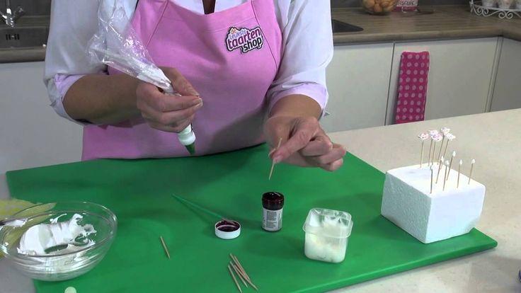 Maak zelf een prachtige taart met decoraties van Royal Icing. Met Royal Icing, een spuitmondje en een spuitzak kun je vele verschillende patronen spuiten. In deze instructie video laten we je zien hoe je mooie suiker roosjes kunt maken.