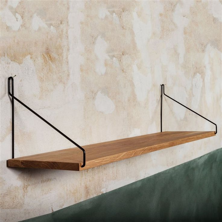 Haal een beetje fifties in huis met deze Frama Shelf wandplank! Deze prachtige luchtige constructie bestaat uit twee metalen frames waar een eikenhouten plank aan hangt. Het minimalistische design maakt het écht een Scandinavisch pronkstuk!