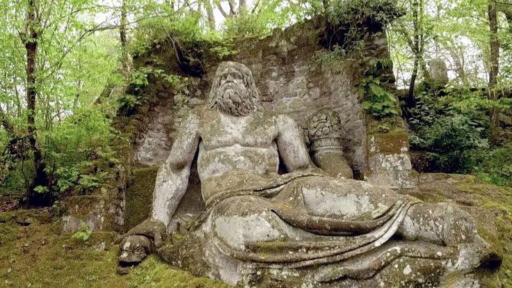"""Vincino Orsini entwarf 1550 den rätselhaften Skulpturenwald """"Sacro Bosco"""" nördlich von Rom. Er übertrug Elemente aus der etruskischen Kunst auf seinen Stil, der dem Manierismus ähnelte – einer Kunstrichtung der italienischen Spätrenaissance. Fast 350 Jahre lang war der Skulpturenpark verwaist. Wiederentdeckt wurde er erst Mitte des 20. Jahrhunderts, auch dank Salvador Dalí."""