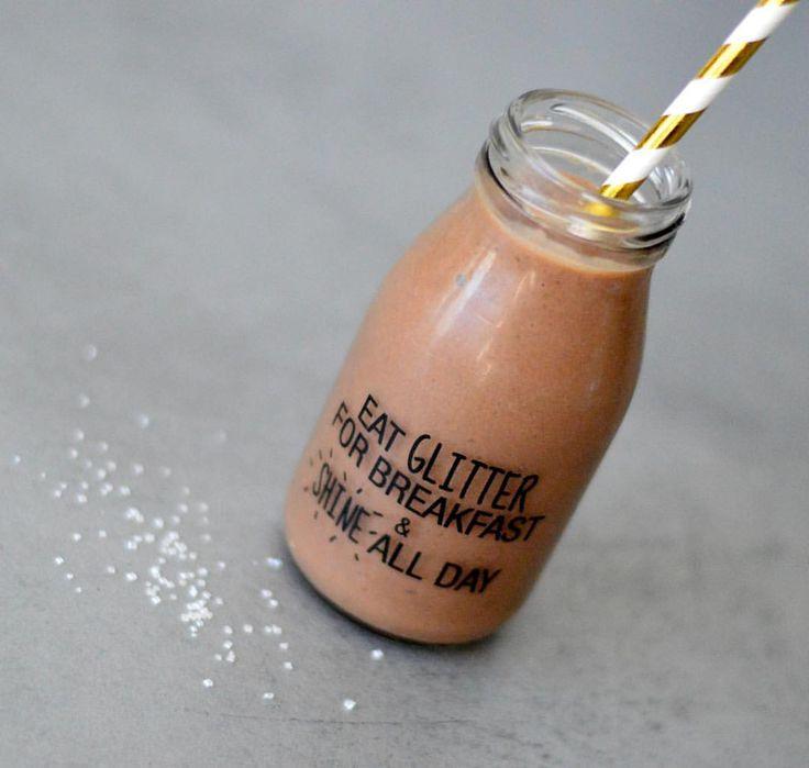 Se det här fotot av @bakekona på Instagram • Choko-protein-milkshake: chokladprotein ⭐️ Evt litt kakao ⭐️ 1 beger Lohilo, vaniljkvarg (eller grekisk yoghurt, kesam, propud) ⭐️ mjölk/vatten ⭐️ Isbitar/fryst frukt eller bär. Kjør alt i en blender. •• Tilsett også avkjølt kaffe/espresso, evt pulverkaffe, for en mocca-versjon. Utrolig godt 🙏🏻  choklad proteinglass