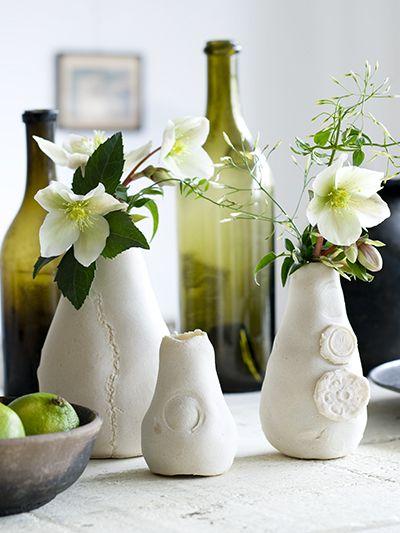 Kerstrozen en klimmende jasmijn      Alsof er een laag poedersneeuw op ligt. Deze decoraties van brooddeeg hebben een knisperkoud uiterlijk, maar komen uit de warme oven. U kunt deze verpakte vaasjes zelf maken. De finishing touch: Enkele sneeuwwitte bloemen zijn genoeg, eenvoud siert.