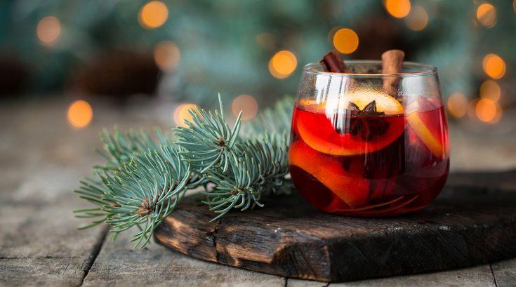 Gin bekommt diesen Winter ein vorweihnachtliches Update, denn anstatt eisgekühlt und mit einer Scheibe Gurke kombiniert, trinken wir unseren liebsten Drink jetzt als duftend heißen Glühwein. Verfeinert mit Äpfeln, Zimt, Ingwer und Orangen – eben allem, was für das perfekte Weihnachtsgefühl sorgt. Bye-bye, Kopfschmerzen, für die billig-süßer Glühwein sorgt, und hallo, selbstgemixter Weihnachtstrunk auf edler Gin-Basis!
