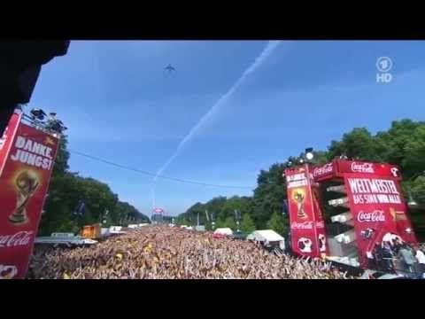 Weltmeister-Siegerflieger Lufthansa über der Fanmeile und dem Brandenburger Tor in Berlin - YouTube