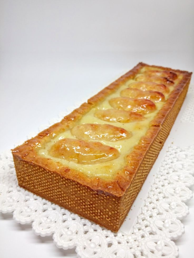 Un cuore morbido di crema, delle mele caramellate eleganti ed una frolla friabile. Una crostata gustosa nella sua semplicità...