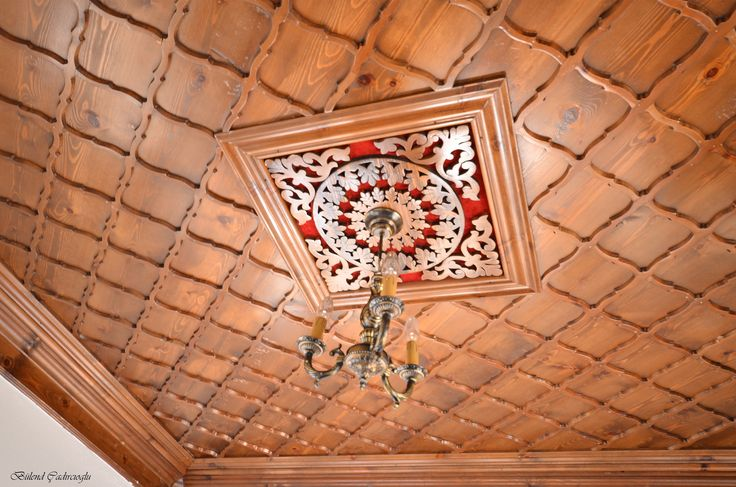 Tavan süslemesi, Kastamonu ahşap evlerinin hemen hemen hepsinde bulunan baş odalarını süsleyen işlemeli tavan göbeği ile hayat bulmuş .
