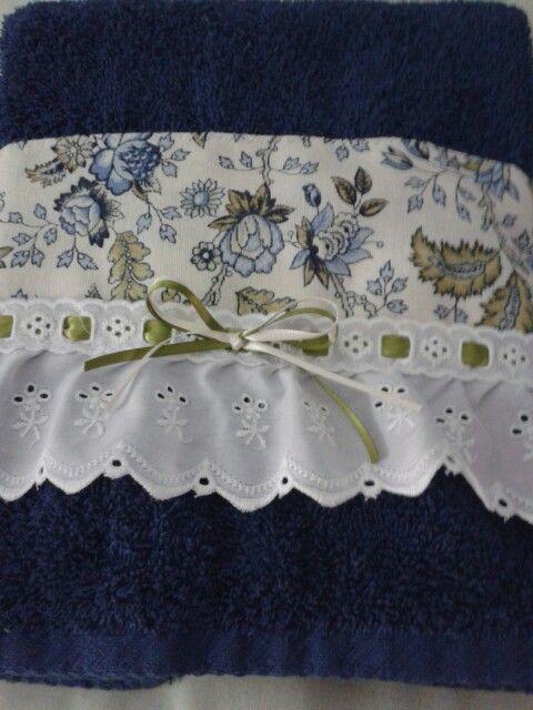 Toalla decorada con tela y tira bordada y listón!