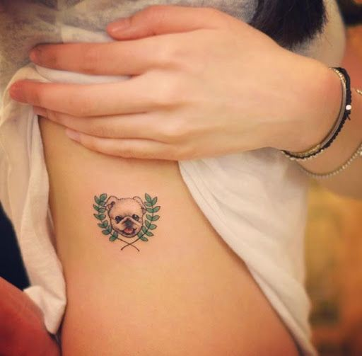 Este pequeno cão tatuagem na caixa torácica http://tatuagens247.blogspot.com/2016/08/miniatura-animal-tatuagens-para-mulheres.html