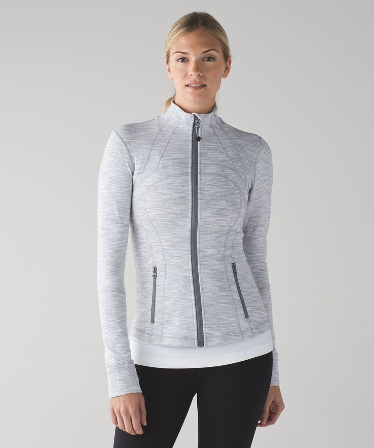 We designed this fitted jacket with sweat-wicking fabric and built-in ventilation to take you to and from the studio. Added thumbholes and fold-over Cuffins™ finger covers help to keep the chill out.