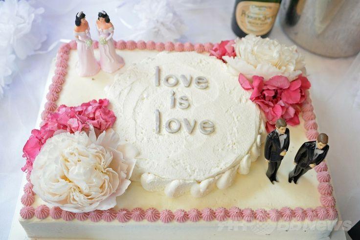 米カリフォルニア(California)州のウエスト・ハリウッド(West Hollywood)のレストランで提供された、同性カップルの人形を飾ったウェディングケーキ(2013年7月1日撮影)。(c)AFP/ROBYN BECK ▼22May2014AFP|米国民の55%が同性婚に賛成、過去最高 http://www.afpbb.com/articles/-/3015622
