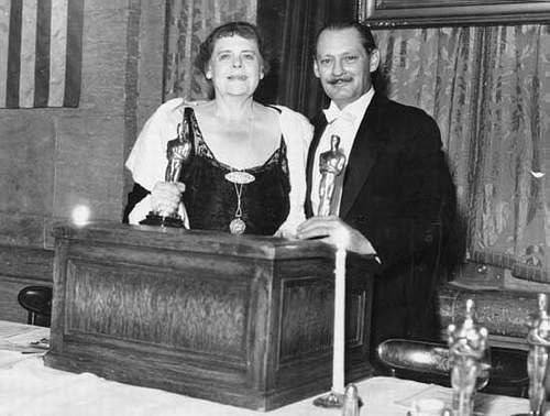 Marie Dressler & Lionel Barrymore accept their Oscars in 1931.