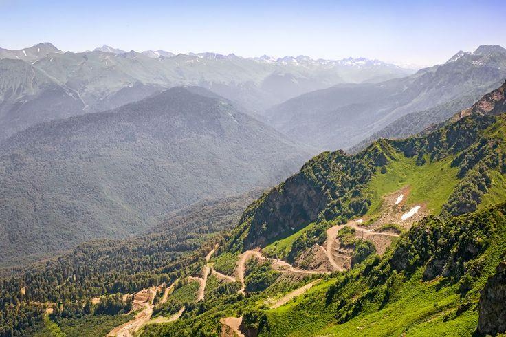 Крутой серпантин - извилистая дорога в горах. (Россия, Krasnodarskiy kray)